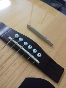Fender Ac. Guitar Κατασκευή κοκάλινου Saddle. ( Στην εικόνα το νέο